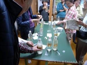 各採取ポイントの水を参加者がそれぞれ担当し、水の測定をします。